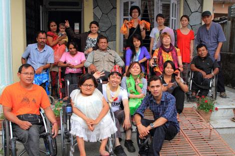 ネパール・ポカラの「自立生活協会ネパール」の事務所前で、イルカのメンバーとともに集合写真