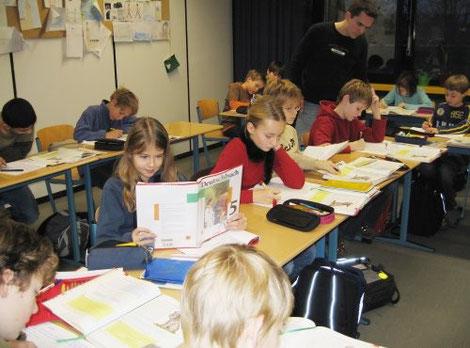 Schülerinnen und Schüler beim Deutschunterricht