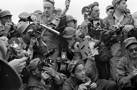 Fotografi della stampa internazionale durante la Guerra di Corea. Kaesong, Corea del Sud, 1952. © Werner Bischof /Magnum Photos/Contrasto