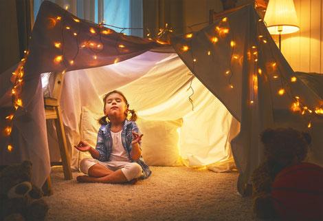 Kinder und Meditation: spielerischer Umgang für mehr Selbstreflektion auch schon in jungen Jahren.