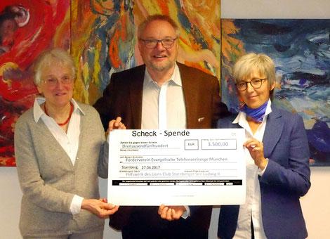 Aglaia Schwerdtfeger (Vorsitzende des Fördervereins), Winfried Hagenhoff (Lions Club Starnberger See Ludwig II) und Martha Eber (Stellvertretende Leiterin der ev. TS München) bei der Scheckübergabe.