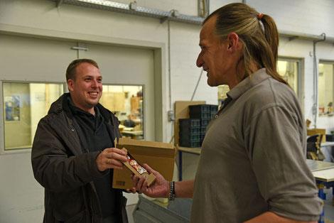 Mirko Wiedeking (links) schenkt einem Inhaftierten einen Schoko-Nikolaus.  © Sr. Theresita M. Müller
