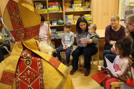 Die Kinder im Krankenhaus singen mit dem Nikolaus ein Nikolauslied. © Theresa Meier