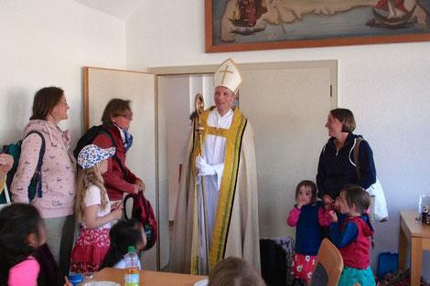 Pater Dominik Terstriep als hl. Nikolaus zu Besuch ©Mayk D. Opiolla