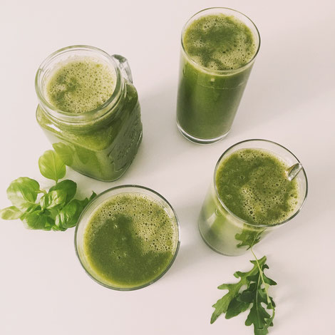 Foto: Grüner Smoothie mit Rukola, Sauerampfer, Basilikum, Mango, Papaya, Banane