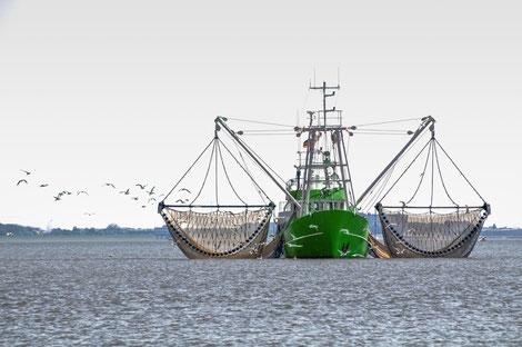 Fischkutter in der Nordsee mit ausgelegten Netzen