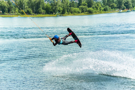 Wakeboarder auf der Wasserskiliftanlage Aurich