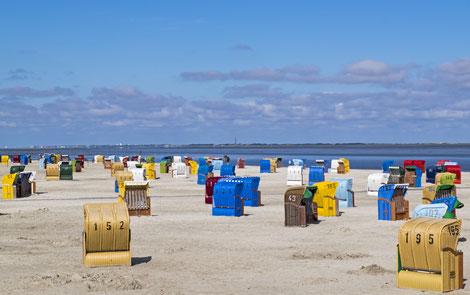 Strandkörbe auf Strand in Neßmersiel