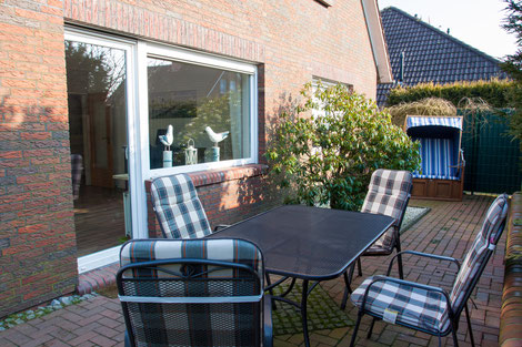 27 qm große Terrasse mit Strandkorb und Gartenmöbeln