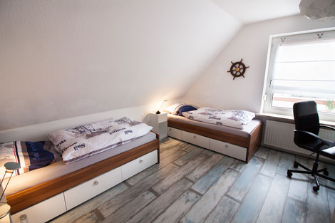 Zweites Schlafzimmer, mit zwei Einzelbetten und Schreibtisch