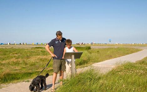 Vater, Sohn und Hund auf dem Naturlehrpfad De Hellerpad in Dornumersiel