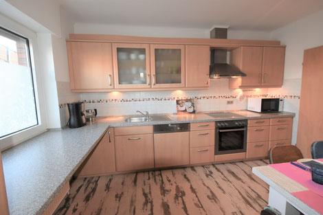 Große helle Küche mit warmen Holzfußboden