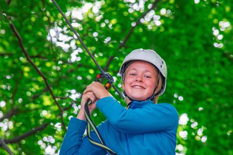 Kind im Kletterwald in Aurich