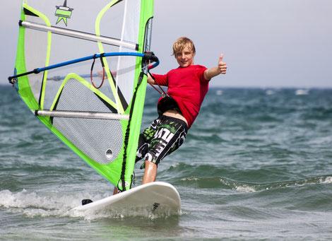 Junge auf Surfbrett