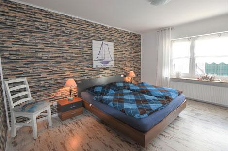Großes, helles Schlafzimmer, mit Rollladen verdunkelbar