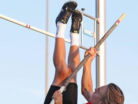 Leo Galfe vom LAZ Gießen überspringt die 3,20 Meter und schraubt sich in der U18 auf Platz zwei hoch. Foto: RAS