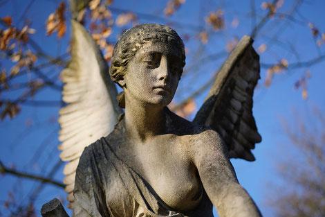 Trauernder Engel, Friedhof, Grab, Trauer, Hilfe bei Verlust durch Tod, Trauerbegleitung, Trauerjahr,