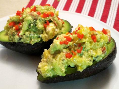 Paleo und lowcarb gefüllte Avocadohälften