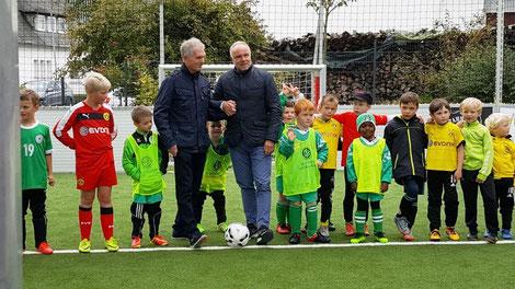 Michael Rummenigge (re.) weiht gemeinsam mit seinem ehemaligen Trainer Herbert Rose das Mini-Soccerfeld ein
