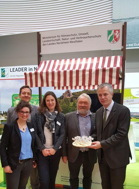 NRW-Landwirtschaftsminister Johannes Remmel zeigte sich begeistert von den mitgebrachten Spezialitäten der Region 5verBund (v.l.n.r. Pia Weischer, Andreas Pletziger, Kathrin Hunstig-Bockholt, Franz Pieper, Johannes Remmel)