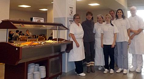 Mme Haas et M. Eggenswiller entourés de l'équipe des agents, fiers de nous présenter le nouveau bar à salade. (photos TaLuÇa G.A.)