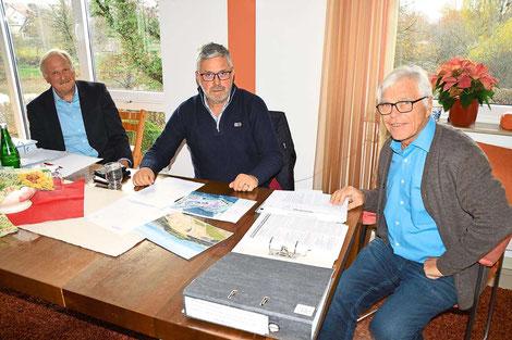 Die NUZ-Vorsitzenden Siegfried Rall (von links), Bernd Effinger und Norbert Majer studieren die Pläne für die Holcim-Änderungsgenehmigung auf dem Plettenberg.  --  Foto: Visel Foto: Schwarzwälder Bote