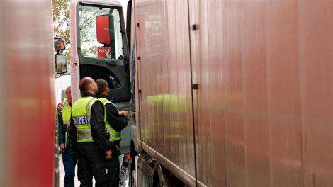 Die Autobahnpolizei in Thüringen hat Abfalltransporte im Visier. Unzureichende Verpackung, falsche oder fehlende Dokumente und nicht selten auch falsch deklarierte Lieferungen sind dabei keine Seltenheit.