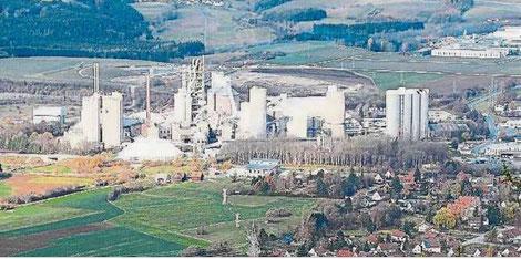 Das Holcim-Zementwerk in Dotternhausen bleibt weiter ein Thema, zu dem sich nun auch die Landtagskandidaten mehrerer Parteien auf Anfrage des Vereins NUZ geäußert haben. Foto: Archiv