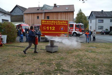 Übung mit dem Feuerlöscher, bei einem Mülleimerbrand