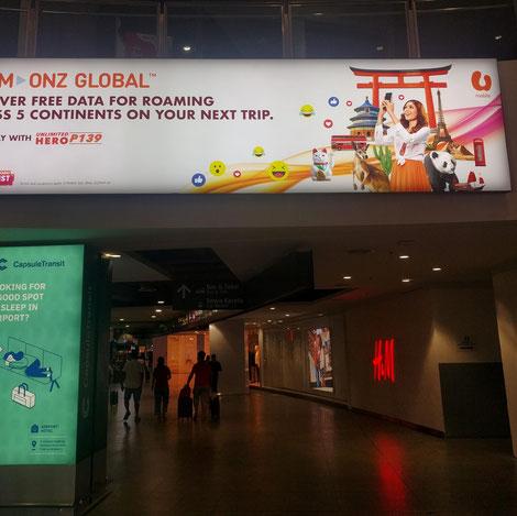 マレーシア国際空港での海外仕様携帯電話の広告。鳥居と招き猫がフォトジェニックだとして、日本ならどこにでもありますね。