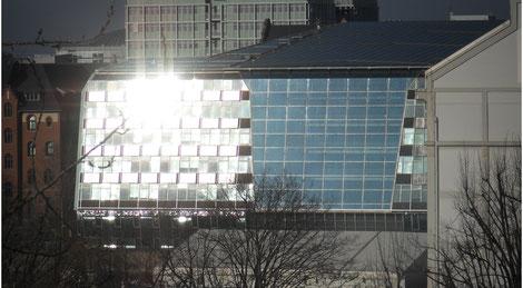 Blendungserscheinungen durch reflektierte Sonneneinstrahlung auf einer Glasfassade