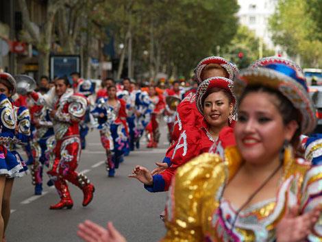 Danzantes bolivianxs en la marcha-pasacalles Descolonicémonos - 12 de Octubre Nada Que Celebrar