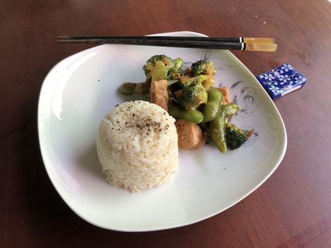 Healthy Chinese and chicken vegetable stir-fry with brown rice