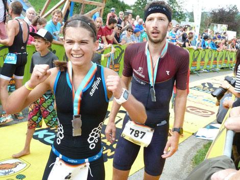 Allgäu Triathlon 2017 geschafft - der Jubel im Ziel ist groß.
