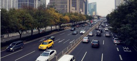 Gut ausgebaute und stark befahrene Autobahn. Sie symbolisiert die starken neuronalen Bahnen bei vermehrtem negativen Denken.