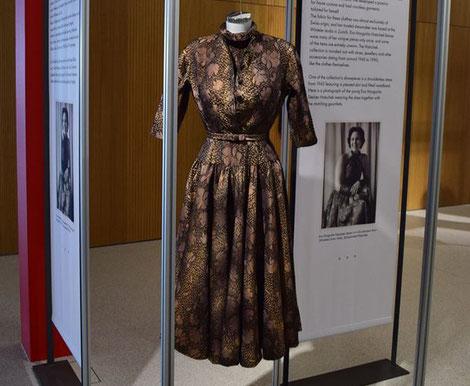 Kleid von Eva Margarita Hatschek-Steiner aus der Ausstellung der SWISS TEXTILE COLLECTION im Forum Würth in Rorschach