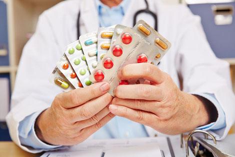 Arzt hält Medikamente zur Behandlung des Gichtanfalls