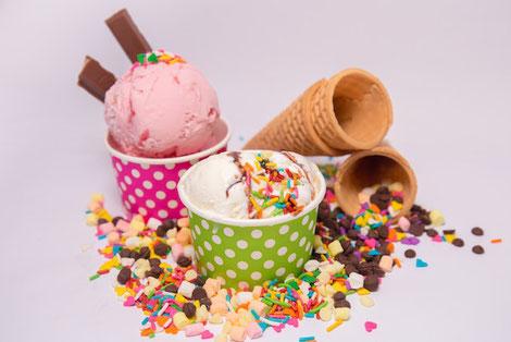 笑顔でガッツポーズする女性社員。現場社員なので作業着を着ている。