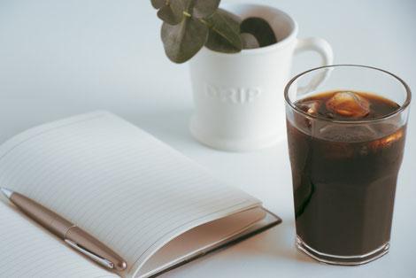 電卓と通帳、ボールペン