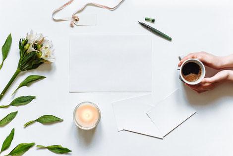 ノートの上に赤い万年筆が置かれている。
