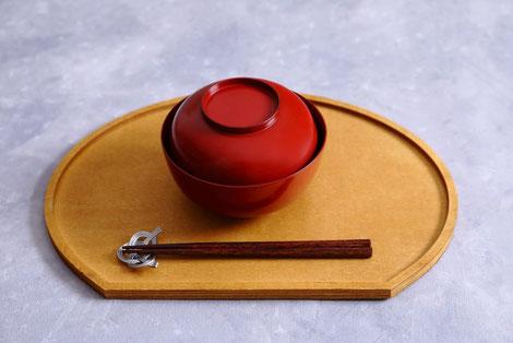 接待宴会の料理とお酒が並んでいる。刺身や焼き魚、小鍋料理。