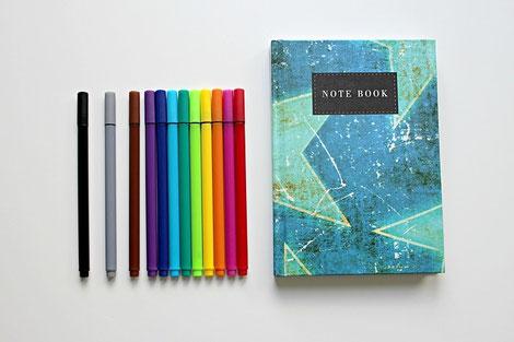 水色のノートと12色のマジックペン。それぞれの会社の価値観を尊重したコンサルティング。