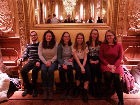 Patrick, Sophie, Hanne, Klara, Lara und Anna Nick auf dem Sofa im goldenen Foyer