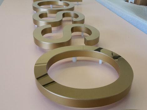 Rückleuchter aus 20mm Vollacryl mit aufgeklebter Metallfront (titangold)