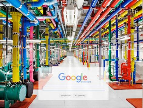 Google Rechenzentrum in bunter Optik mit vielen Rohren, rotem Teppich und weißem Boden