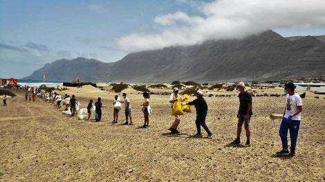 Menschenkette, Strand, Beachclean, Lanzarote, COUP, Famara, Cleaner Ocean Upcycling Productions, Lanzarote Limpia, SoS Lanzarote