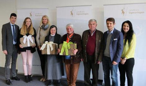 """Die Gewinner der großen MoDavo-SIG Mobilitästsumfrage im Landkreis Sigmaringen freuen sich gemeinsam über ihren Preis, ein Überraschungspaket mit regionalen Produkten des """"Marktplatz Donau"""""""