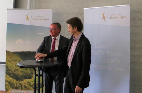 Das Bundesverkehrsministerium vertreten duch (v.r.) Dr. Bernd Rittmeier und der Vorsitzende der MoDavo-SIG Steruerungsgruppe Rolf Vögtle starten gemeinsam den interaktiven Infrasruktur- und Entwicklungsatlas des Landkreises Sigmaringen