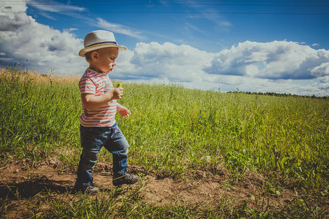 Kind geht seinen Weg