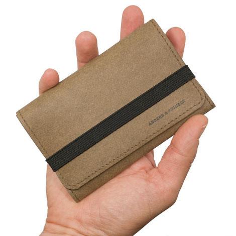 A&K KOMPAKT cooles Portemonnaie in der Hand, leicht kleines Portmonee braun schwarz Veganes Leder vegan
